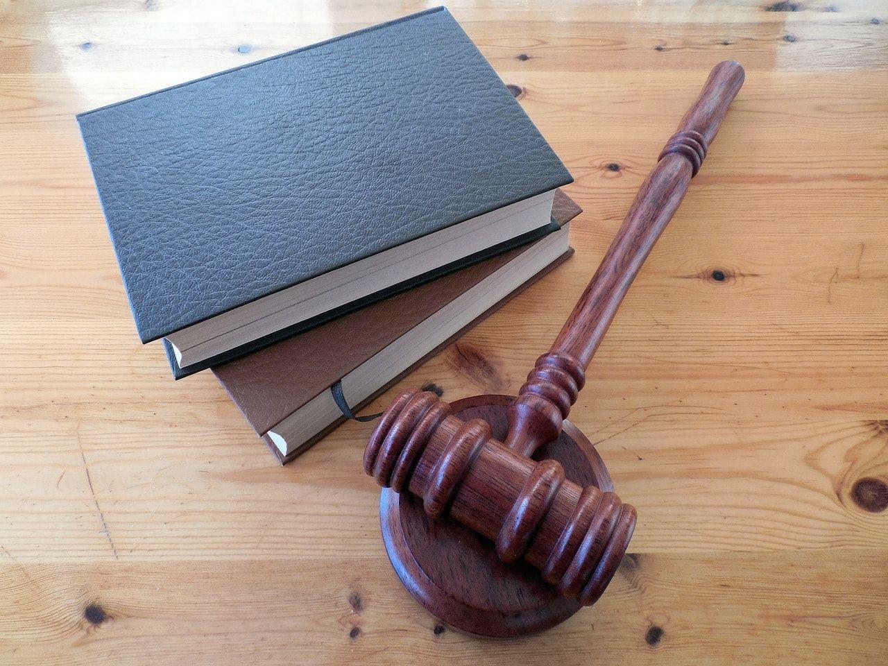 Contratar o no un abogado