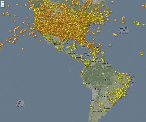 Increíble vista desde un satélite del tráfico aéreo mundial durante 24 horas