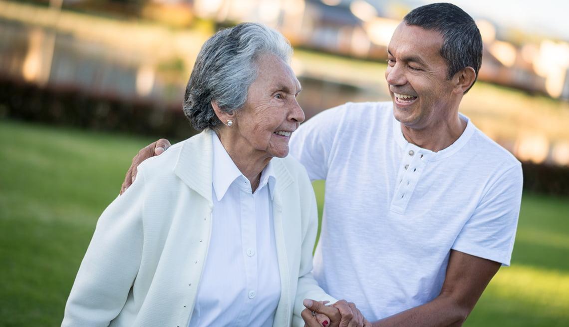 1 de cada 5 adultos que apoyan a los padres ancianos y a los hijos adultos